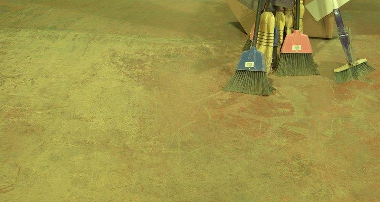 Prepara cuidadosamente una superficie de piso de concreto antes de aplicar baldosas de vinilo.