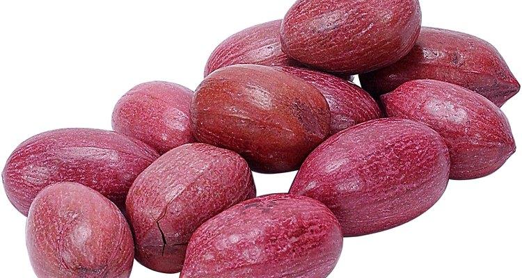 Las cáscaras de pistacho sin madurar a menudo se tiñen de rojo por razones estéticas.