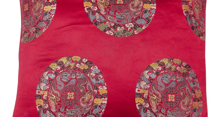 Elegir la tela y hacer una almohada le suma algo de tu propia personalidad a una habitación.