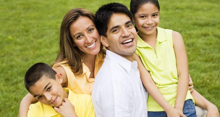 Los padres biológicos deben proporcionar a sus hijos bienestar emocional, financiero y físico.