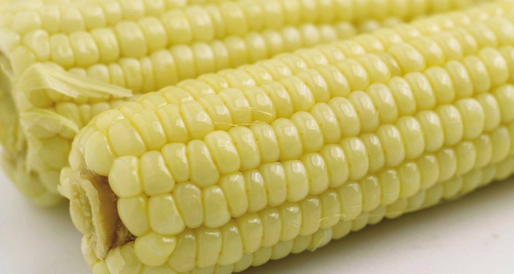 Las mazorcas de maíz cocidas en el microondas deberían saber igual que el maíz hervido.