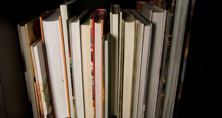Acomoda los libros prolijamente en un estante.