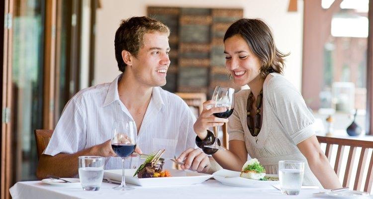 Joven pareja en un restaurante.