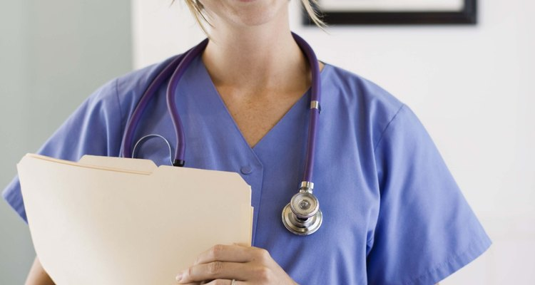 Las enfermeras capacitadas tanto ADN como BSN proveen atención en el cuidado del paciente.