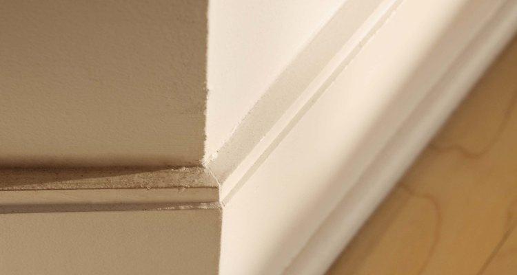 Remova os rodapés da parede antes de remover a tinta deles