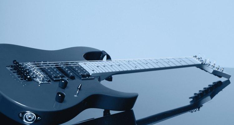 Muitas guitarras têm o jack localizado na borda da parte inferior do corpo, como na imagem, ou na parte superior próximo aos controles
