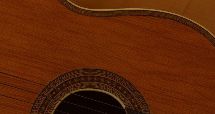 Um acabamento fosco dá ao corpo do violão um visual natural e macio