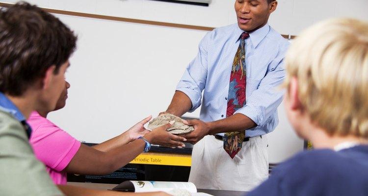Lleva ejemplos de los minerales que los estudiantes investigarán.
