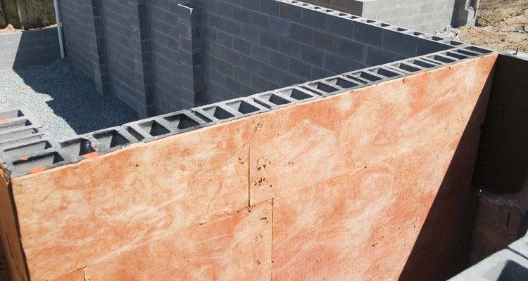Las construcciones de bloques de hormigón están equipados con tornillos de anclaje para permitir adjuntar un techo de madera.