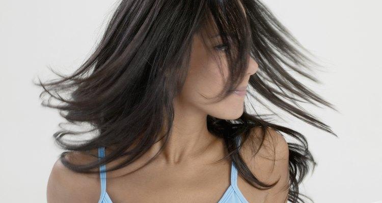 Pasar de pelo rubio a cualquier color oscuro puede ser fastidioso para la paciencia y para el cabello.