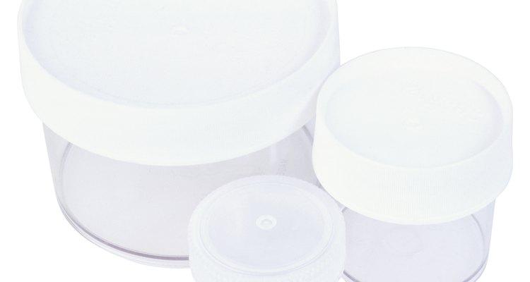 O fudge que não vai ser refrigerado pode ser armazenado em um recipiente hermeticamente fechado à temperatura ambiente por até duas semanas