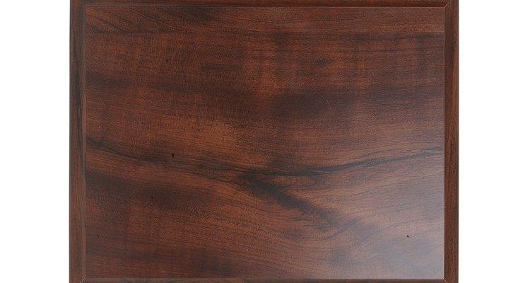 Repara tus muebles y superficies de madera chapada siguiendo unos cuantos pasos.