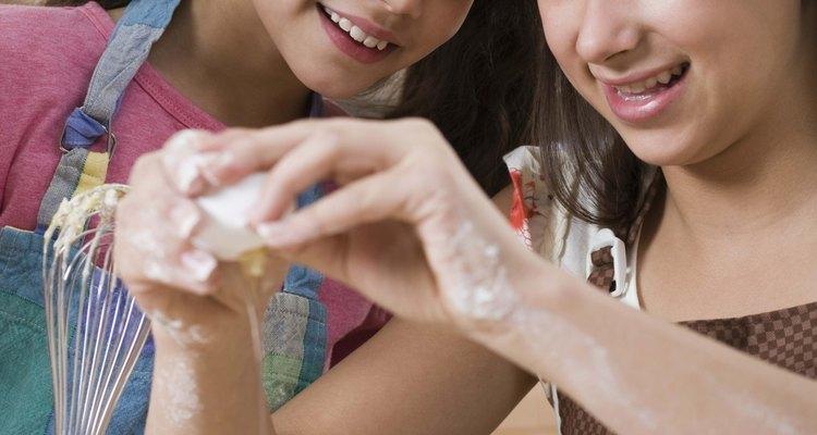 Alienta a las adolescentes a pasar el fin de semana horneando para una venta de pasteles para la caridad.