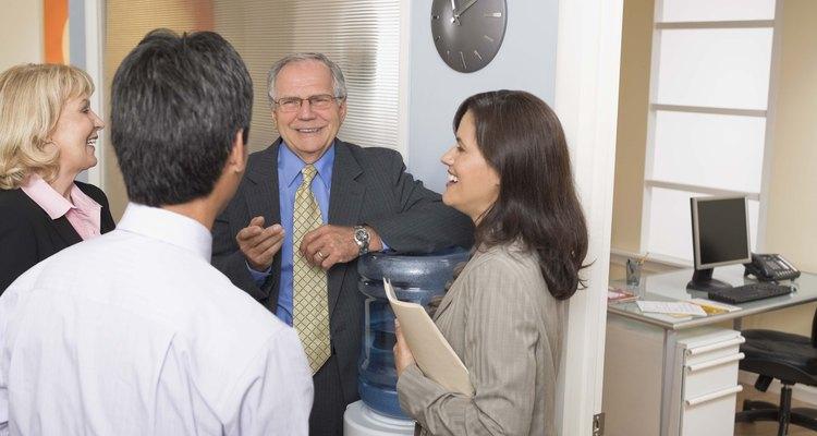Discuta as características de desempenho relacionadas à promoção do funcionário