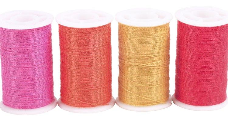 La Necchi 3355 es muy similar a cualquier otro modelo de máquinas de coser cuando se trata de enhebrado.