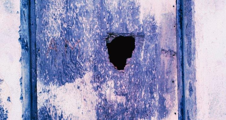 Los daños en las puertas pueden dejar expuestas peligrosas astillas de madera.