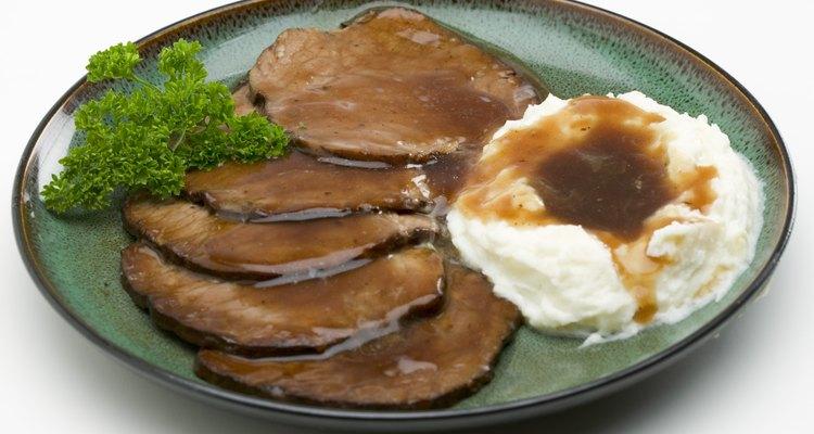 Diluir una salsa demasiado salada reduce el sabor salado de un plato de carne.