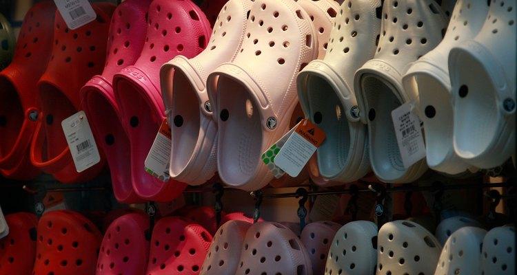 Aprenda a consertar suas sandálias Crocs