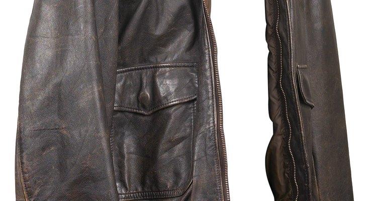 Jaqueta de couro de jacaré é sinônimo de status.