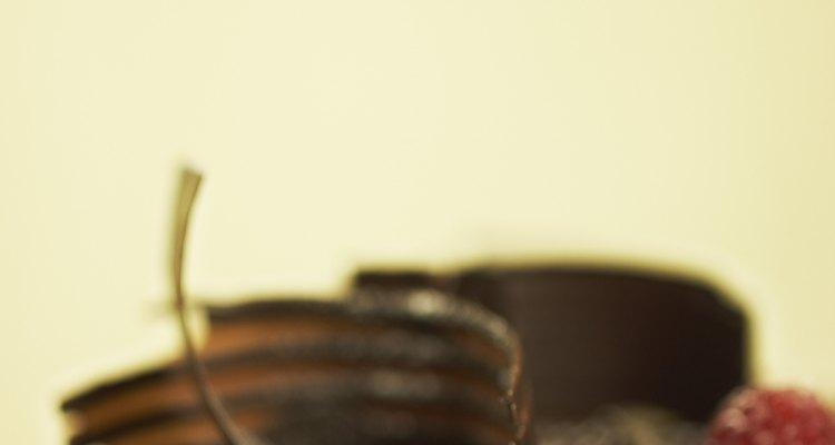 Engaña a tus huéspedes adornando un pastel comprado con virutas de chocolate.