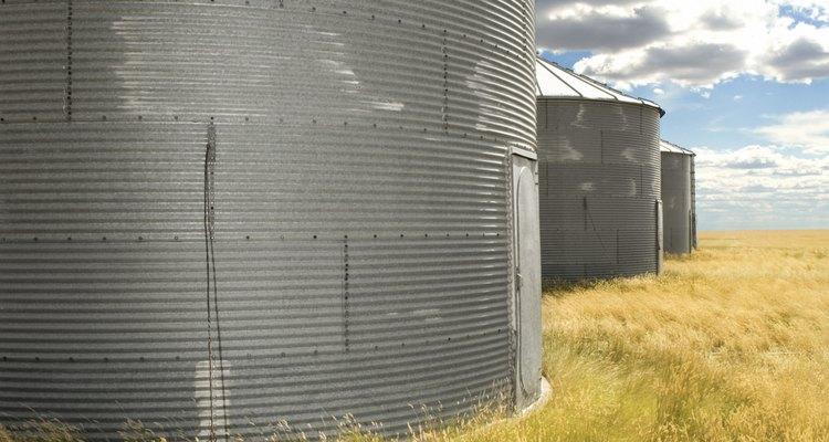 A tonelagem de um silo graneleiro depende do conteúdo inserido nele