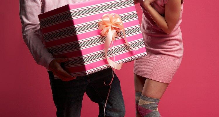 Entrega un regalo que sea único, pero asegúrate de que sea algo que refleje a tu novia como persona.