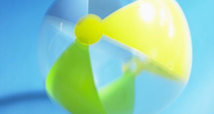 Los rompehielos adolescentes pueden ser muy divertidos con la incorporación de elementos tales como pelotas de playa en los juegos.