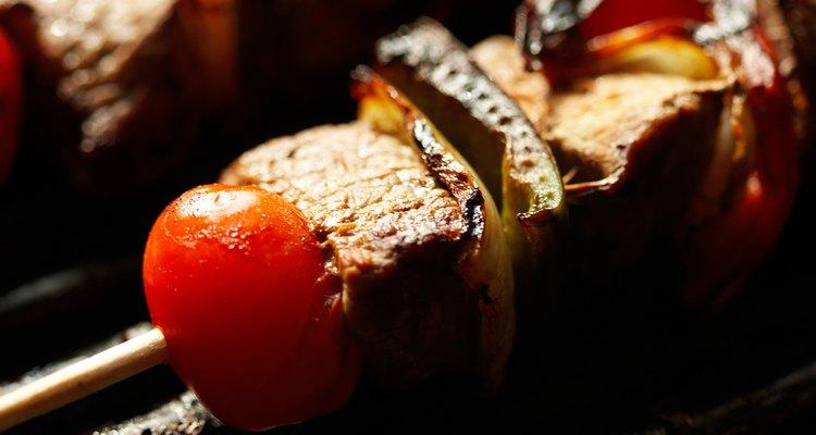 Hay muchas maneras de impedir que se quemen los palillos de los kebabs.