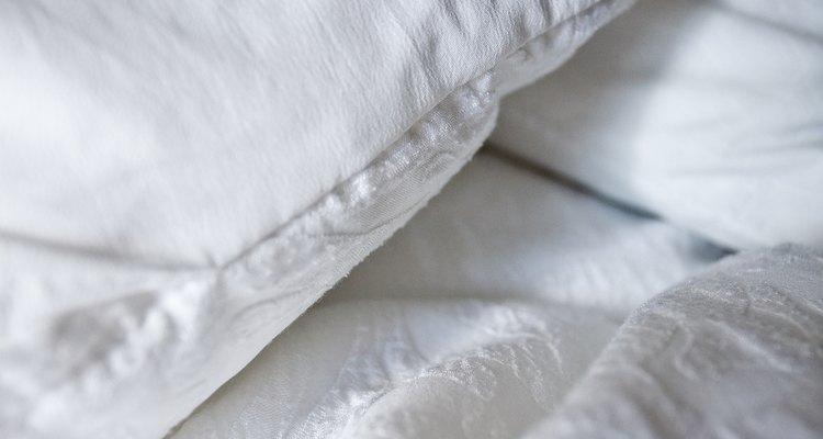 Um travesseiro de espuma tende a ser mais firme do que um travesseiro de penas