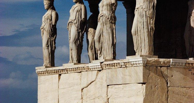 Tanto os romanos quanto os gregos construíram templos para homenagear seus deuses, tal como este para Atena, a deusa grega da sabedoria e guerra. Sua correspondente romana era a deusa Minerva