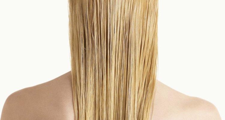 Logra un cabello bellamente alisado con una mezcla de gel.