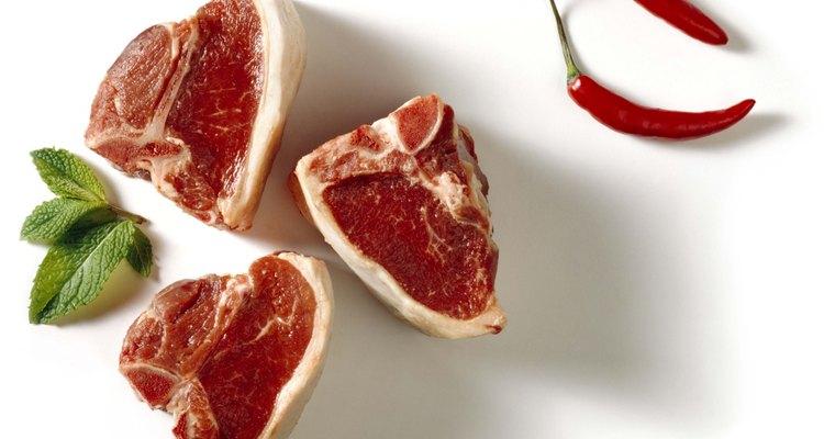 La paleta de cordero a veces se corta en chuletas para hacer porciones individuales.