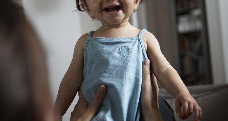 En esta etapa a los bebés les gusta estar parados sobre el regazo de una persona.
