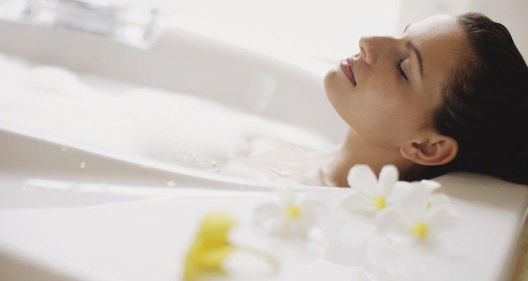 Recuerda colocar pétalos de tus flores preferidas y aromatizar con lavanda la tina.