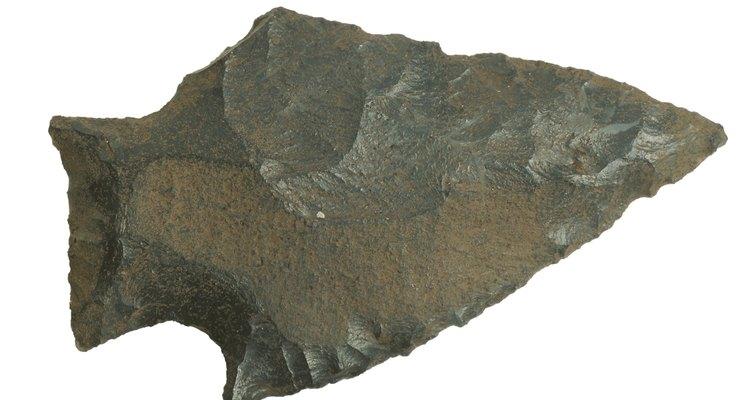 Forma de uma ponta de flecha e base material oferecem chaves de identificação
