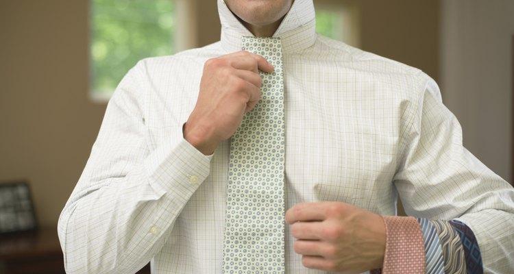 Selecciona la corbata adecuada para una buena apariencia.