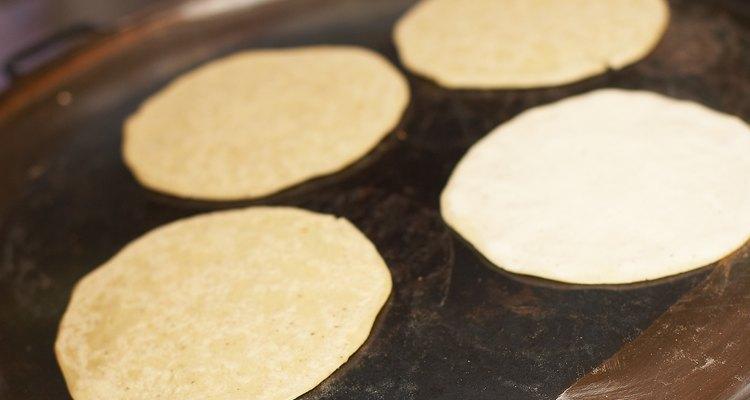 Calienta tus tortillas de maíz para evitar que se rompan.