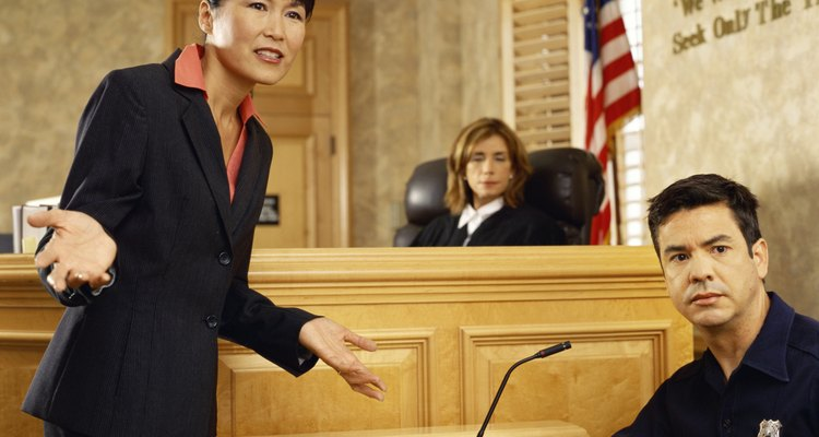 """La quinta enmienda de la constitución establece que todos los crímenes capitales e """" infames"""" son escuchados ante un gran jurado."""
