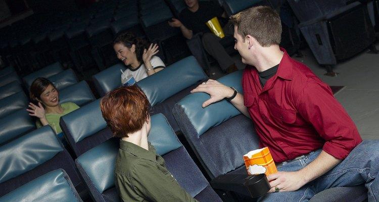 Las adolescentes a menudo se involucran en la difusión de rumores como una actividad antisocial.
