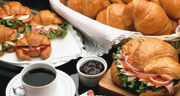 Café e croissants são uma boa maneira de se começar o dia de conferência na igreja.