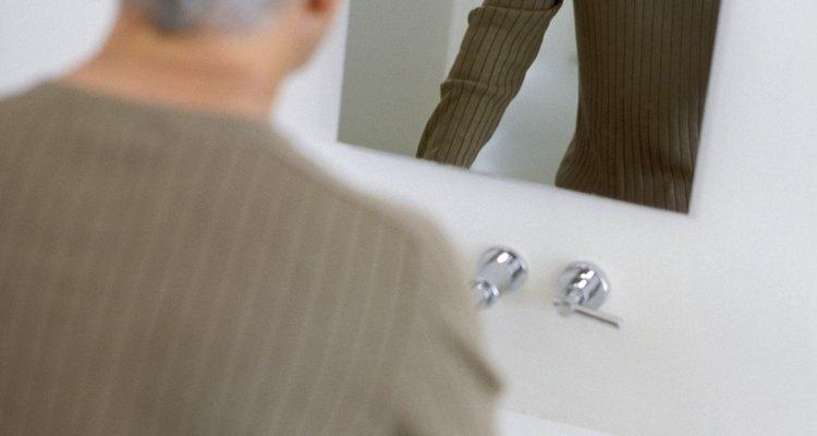 Montar un espejo sin marco en tu baño puede ser más fácil de lo que piensas.