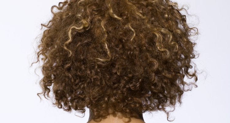 Puedes hacer que tu cabello rizado sea lacio sin la ayuda de un secador de pelo o de una plancha alisadora.