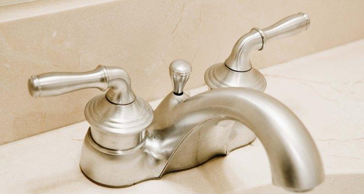 Realiza algunos pasos de diagnóstico si tienes poca presión de agua en un grifo del baño.