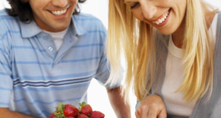 Corta las fresas en dados para mezclar con el glaseado.