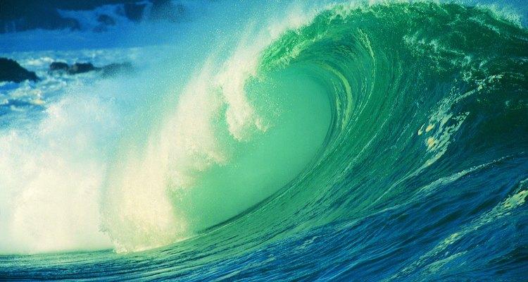 Pinta grandes olas que rompen con fuerza en las paredes de la habitación de tu niño.