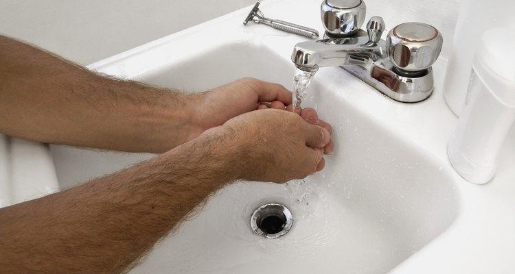 O desinfetante para as mãos é uma alternativa viável na falta de uma torneira com água e sabão