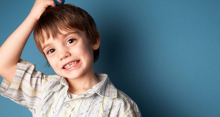 Controla el problema de caspa de tu hijo con champúes de venta libre.