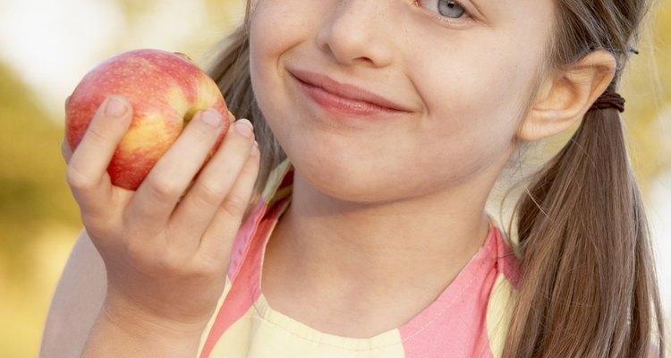 Use maçãs para criar um jogo de arremesso para as crianças