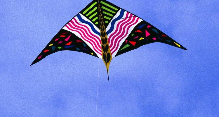 Amarrar a linha de maneira correta em uma pipa ajuda-a a voar