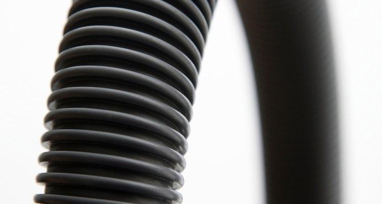 Extiende la manguera de la lavadora para llegar al punto de drenaje más cercano con una manguera de extensión.
